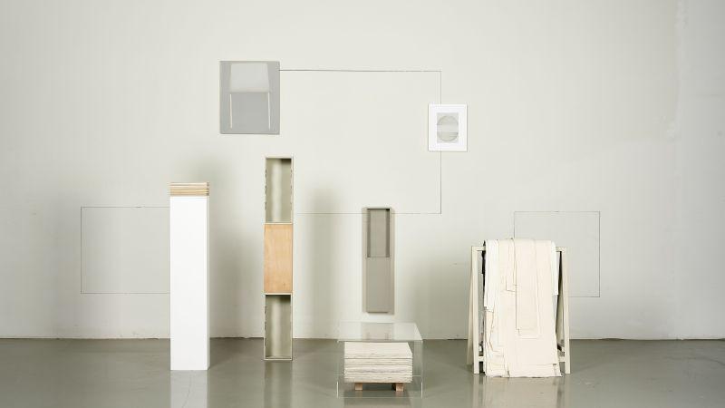 Alexandra Schewski, Anschlussverfahren, 2013-2020, Objektanordnung, verschiedene Materialien