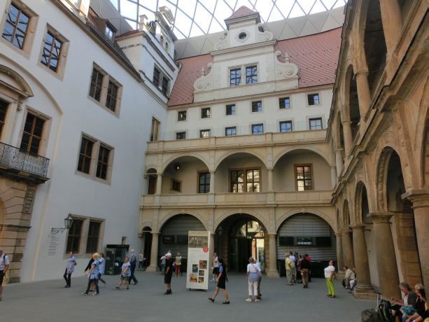 Zentraler überdachter Kassenbereich im Residenzschloß-Zugang zu den Ausstellungen
