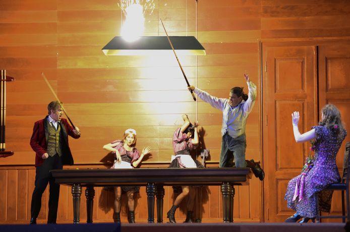 Detlef Roth (Graf von Eberbach), Tänzerinnen, Steve Davislim (Baron Kronthal), Emily Dorn (Baronin Freimann)  © Matthias Creutziger